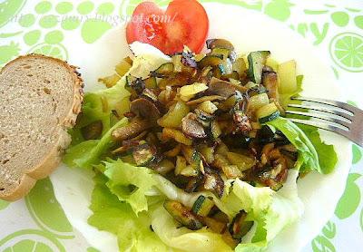 Toplo - hladna salata od tikvice, paprike, šampinjona i endivije