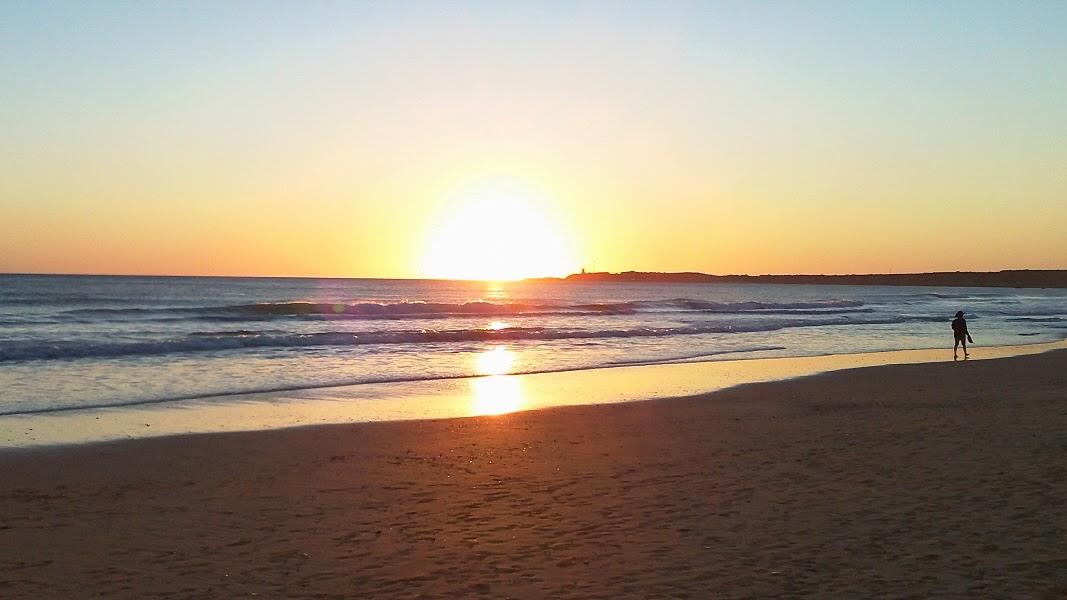 Het strand van Conil de la Frontera tijdens een prachtige zonsondergang aan zee