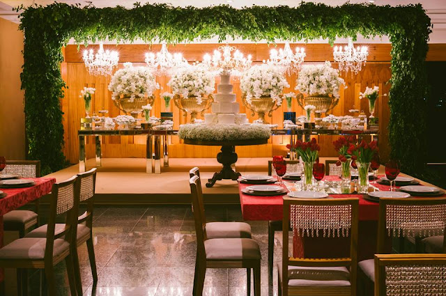 decoração recepção casamento lírio orquídea tulipa vermelho dourado branco mesa do bolo