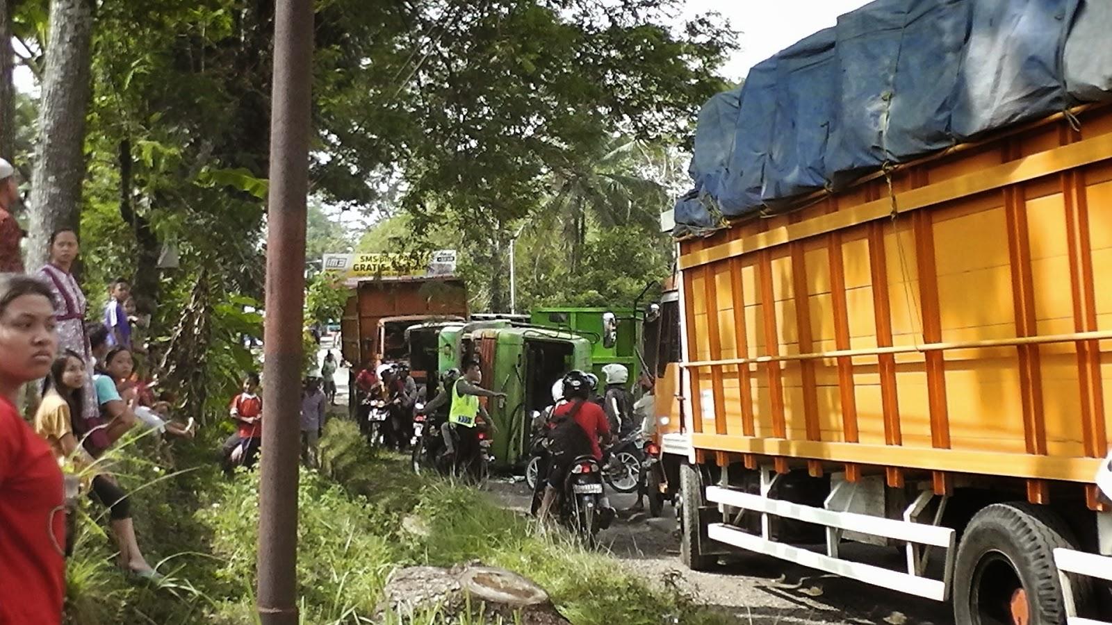 truk terguling di jalan raya
