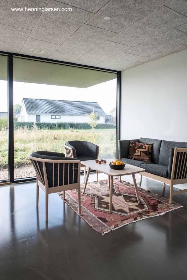 Ventana en la sala de estar de la casa prefabricada de Dinamarca