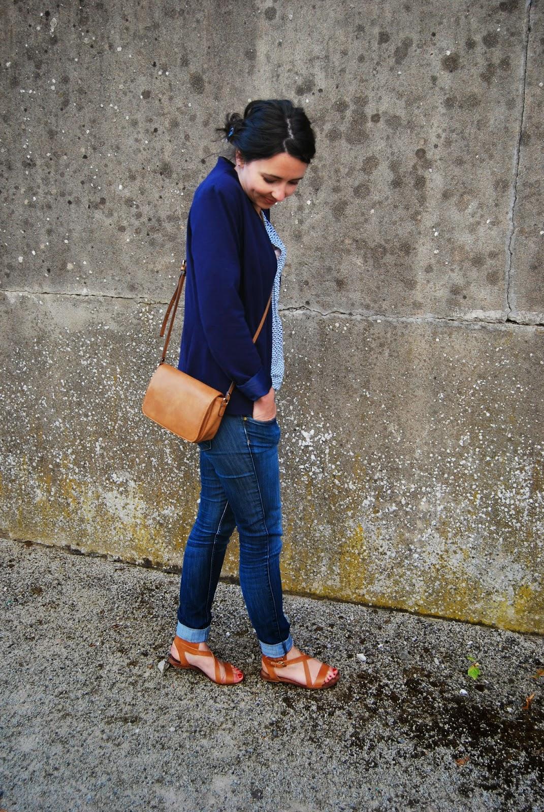 veste bleu camaieu, sac marron monoprix, sandales pull&bear