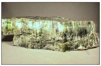 Pecahan mirip serat pada chrysotile (serpentin)