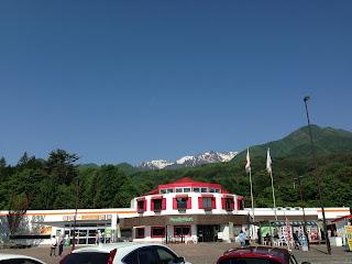 松本市の山頂に雪が残っている山々 高速のパーキングエリアから撮影