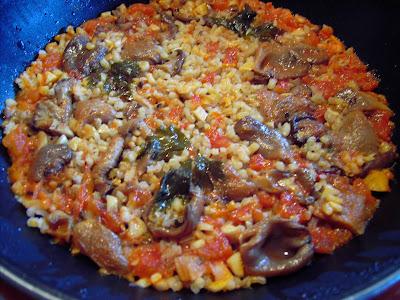 arroz con setas en la sartén