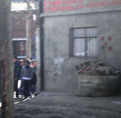 Desde el interior de La Villa Fraga apuntando a la entrada principal sobre la calle Fraga.
