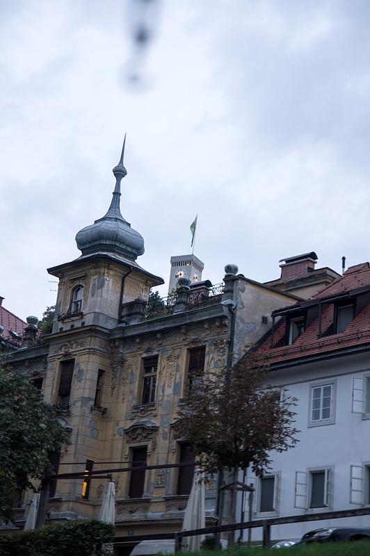 Ljubljana iz rečnega korita Stolp na Ljubljanskem gradu full