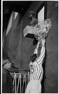 Tradicional ofrenda floral al busto de Pichichi por parte del capitan del equipo que visita por primera vez San Mamés