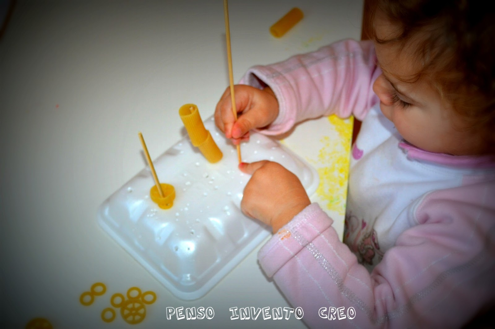 3 giochi da fare in casa per bambini da 0 a 2 anni penso invento creo - Casa plastica per bambini ...