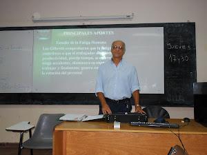 Profesor dando clase en Facultad