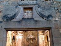 Llinda amb llegenda a la porta d'entrada de Sant Pere de Monistrol