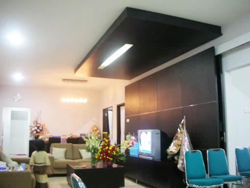 Desain Interior Backdrop TV Cantik di Ruang Keluarga oleh Deart Studio