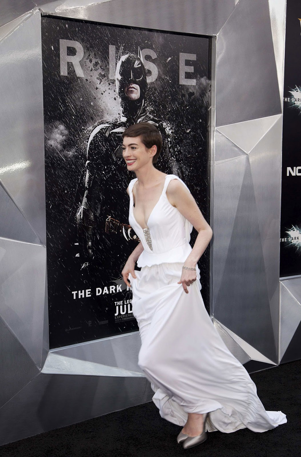 http://4.bp.blogspot.com/-43_qqpaEao0/UAVv7d4EMCI/AAAAAAAAd7M/YK2AiR6NUkw/s1600/ANNE-HATHAWAY-at-Dark-Knight-Rises-Premiere-in-New-York-3.jpg
