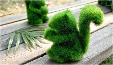 Boneka rumput dengan bentuk tupai.