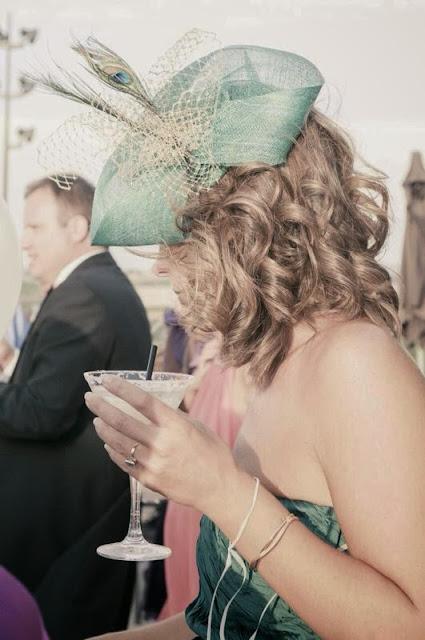 tocado para boda, tocado económico para boda, tocados baratos para boda tocados de alquiler, tocado verde esmeralda, tul dorado, plumas de avestruz
