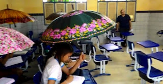 Com goteiras em sala, alunos veem aula com guarda-chuva no interior de AL