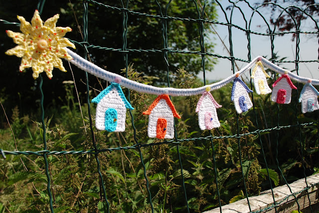 Crochet beach hut pattern and tutorial: image of beach hut bunting
