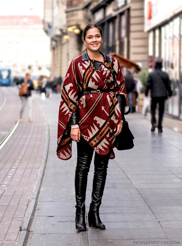 Magdalena Eljuga, how to wear poncho Springfield, leather pants and biker jacket street style fashion outfit inspiration