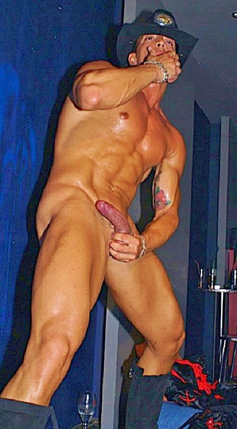 Hombres desnudos en polos de stripper