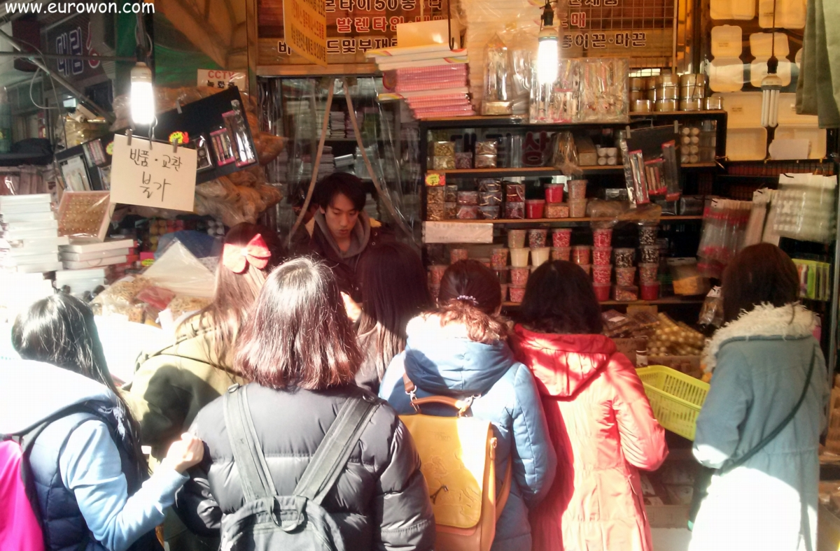 Chicas coreanas comprando chocolate para San Valentín