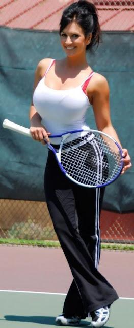 Denise Milani en la cancha de tenis