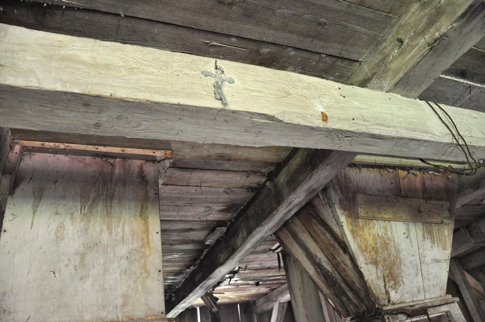 Końskie, ul. Gimnazjalna 37b, wnętrze młyna. Na tragarzu umieszczony krzyż Męki Pańskiej. Czerwiec 2014, foto. KW.