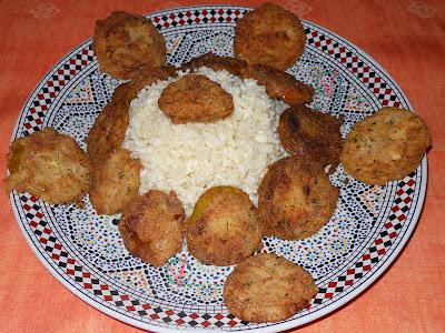 Tomates verdes fritos con arroz graneado.