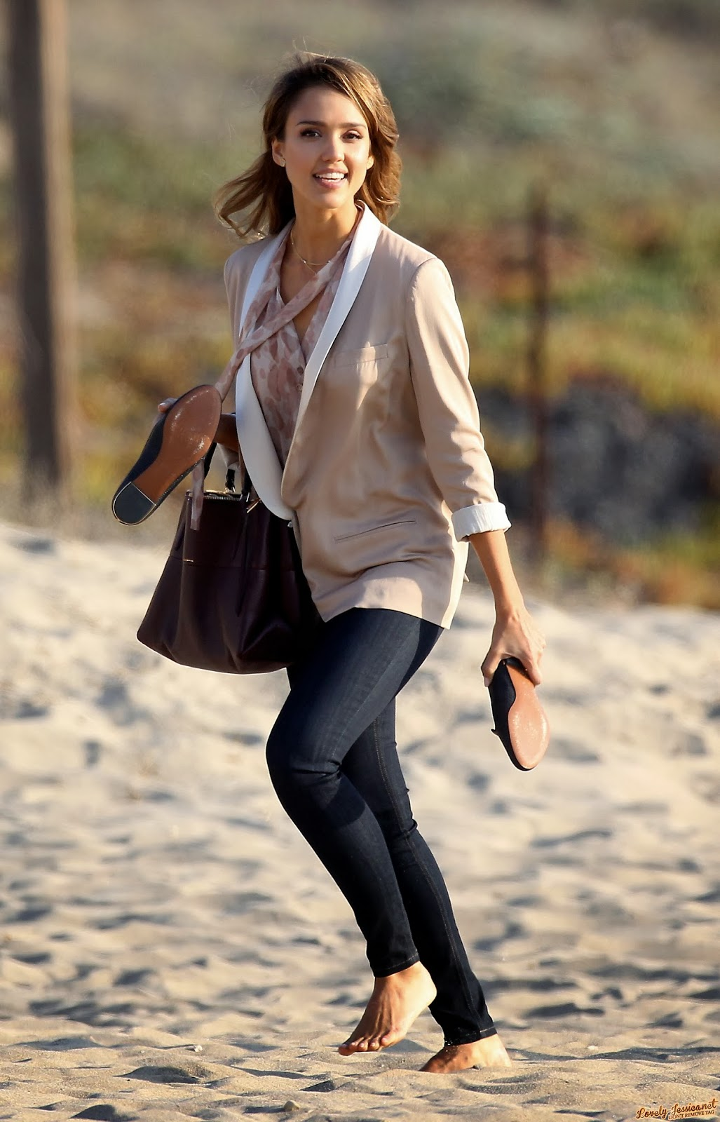 Barefoot celebrities jessica alba barefoot on the beach for Jessica alba beach pictures
