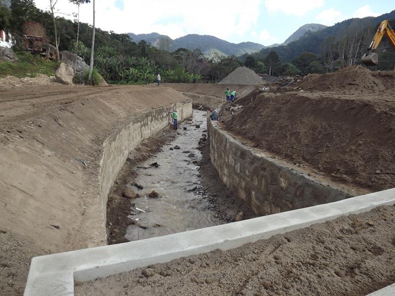 Muros de contenção do rio da Posse(prox Igreja)