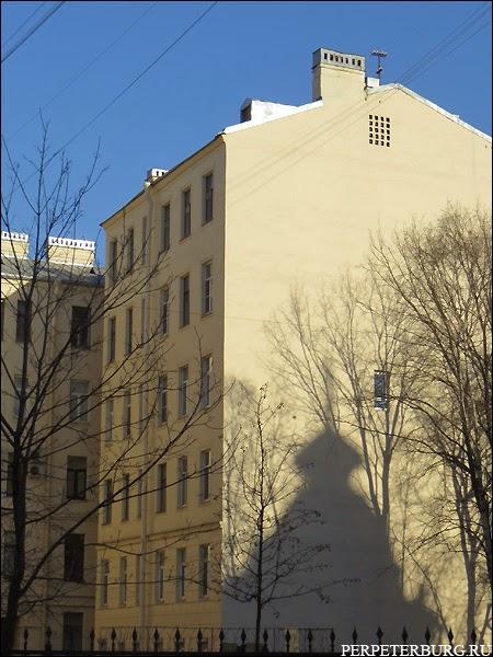 Колобовский дом отбрасывает тень