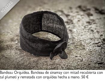 Bandeau negra de sinamay con mitad recubierta con tul plumeti y rematada con orquídea hecha a mano