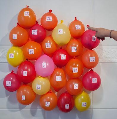 Calendario de adviento con globos y mensajes de afecto