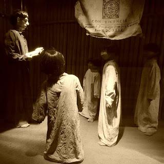 Escola jesuíta: padre jesuíta dá aula para crianças indígenas.