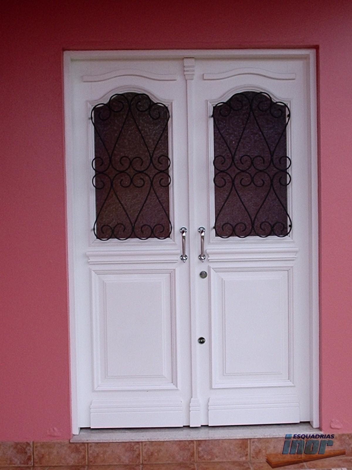 PES13 Porta entrada com montantes na vertical lambris na horizontal  #732F35 1200x1600 Banheiro Com Duas Portas De Entrada