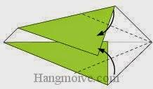 Bước 4: Gấp chéo hai cạnh tờ giấy vào trong.