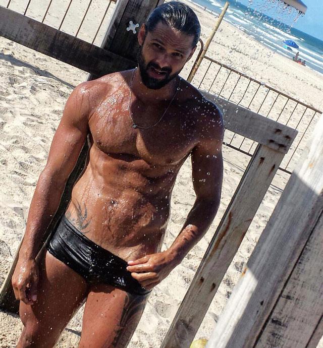 Fabiano Gurgel toma banho de chuveirinho na Praia do Futuro. Foto: Arquivo pessoal
