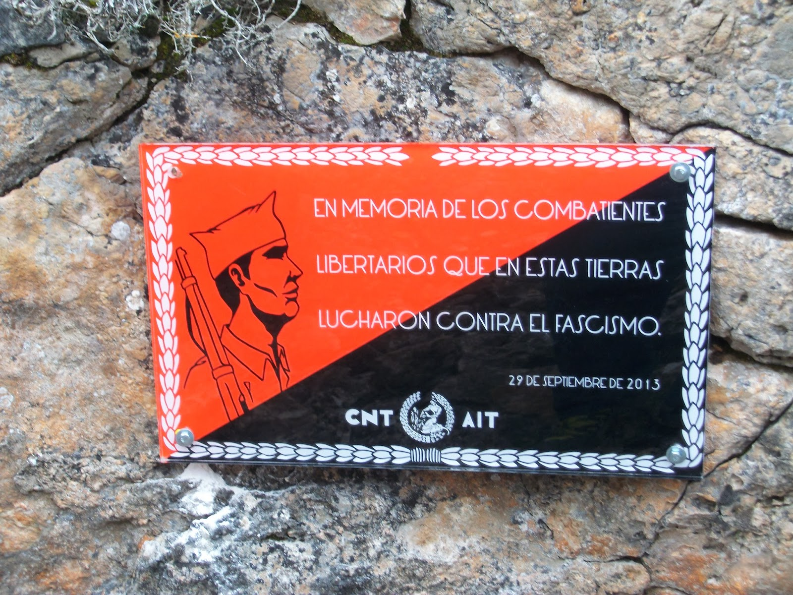 """https://www.facebook.com/pages/Anarquistas/378066755607147  Guadalajara: Crónica del homenaje a los compañeros anarcosindicalistas que combatieron en el frente del Alto Tajuña El sábado 25 de enero se celebró un homenaje a los compañeros anarcosindicalistas que combatieron en el frente del Alto Tajuña, en el nordeste de la provincia de Guadalajara. En torno a los pueblos de Abánades y Canredondo se situó desde las primeras semanas de la Guerra Civil un frente que permaneció tranquilo hasta que en los meses de febrero y marzo de 1938, después de la batalla de Teruel, el IV Cuerpo de Ejército que comandaba Cipriano Mera inició un ataque contra las posiciones rebeldes con el objetivo de aflojar la presión de las tropas franquistas que se aprestaban a avanzar hasta el Mediterráneo. Los combates en el Alto Tajuña han sido calificados como """"la batalla olvidada"""", porque han sido poco conocidos y estudiados hasta que, en fechas muy recientes, desde el ámbito universitario han comenzado las excavaciones y estudios de los numerosos restos que salpican el paisaje de la comarca. Esta batalla, en la que tuvieron un protagonismo indiscutible Cipriano Mera y los combatientes libertarios, se saldó con cientos de muertos, heridos y prisioneros, aunque apenas se alteró la línea del frente. Desde hace meses se estaba intentando colocar una placa en el pueblo de Abánades, donde existe un museo de la batalla y se desarrollan distintas actividades relacionadas con ella, pero ante la negativa de las autoridades, desde la CNT-AIT de Guadalajara se optó por colocarla en los restos de un observatorio militar que en aquellos días sirvió de puesto de mando a Cipriano Mera y que, aunque derruido, aún es fácilmente identificable. A pesar del día frío y desapacible y del abrupto camino desde la carretera hasta el otero de Canredondo, nos reunimos más de sesenta compañeros y amigos que pasamos juntos unas horas recordando la historia y rememorando a Cipriano Mera y al resto de los militantes anarq"""