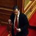 Με ροζ ακουστικά ο Αδωνις στα έδρανα της Βουλής. Αυτό είναι το νέο φαντεζί γκάτζετ του υπουργού