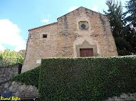 La façana principal amb la porta barroca de Sant Esteve de Tavèrnoles. Autor: Ricard Badia