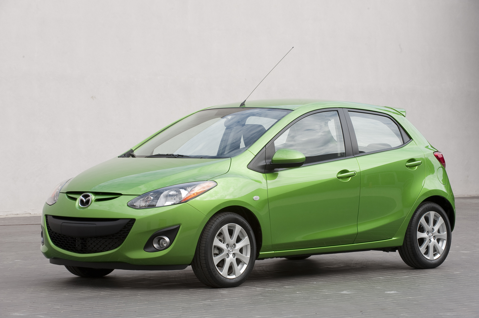 http://4.bp.blogspot.com/-49z4t-J9ysc/TaxJ2yyTLrI/AAAAAAAAAno/6cZdDtpCjJc/s1600/2011+Mazda2.jpg