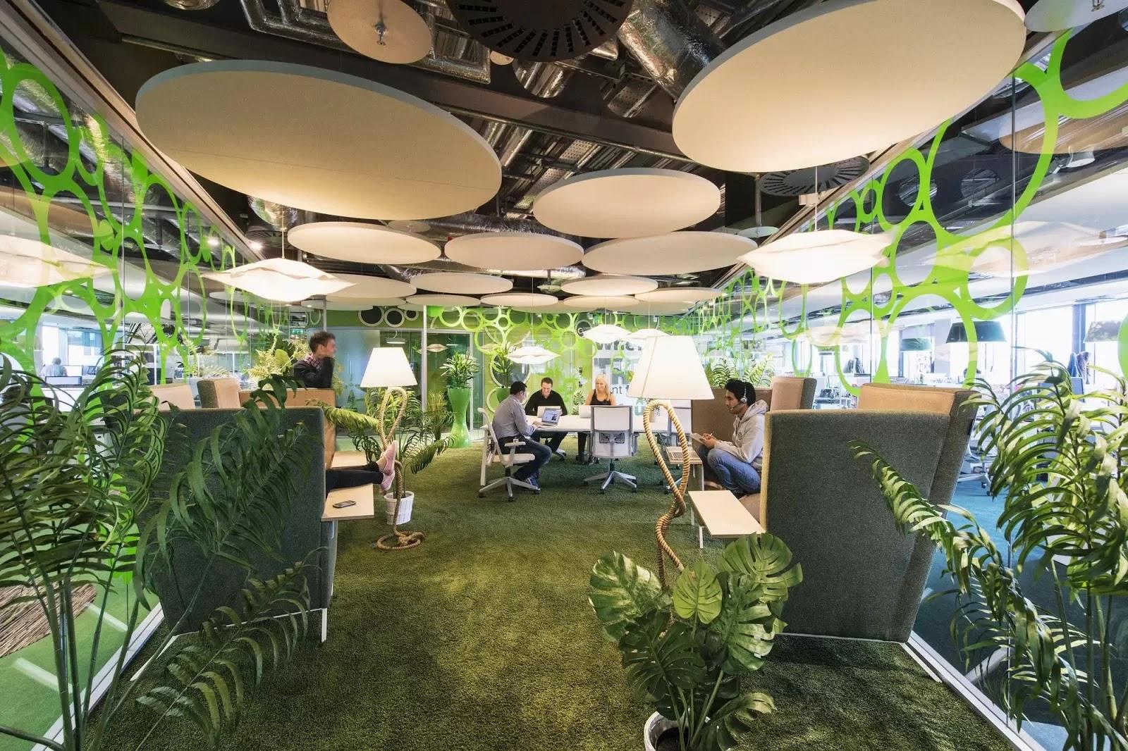 desain interior kantor dengan kombinasi warna cerah