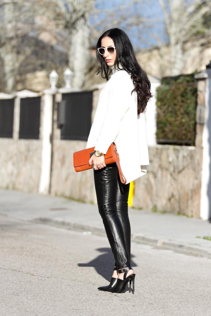 BLogger de moda con Pantalones de cuero negros de Gabriel Seguí peleteros de Valencia