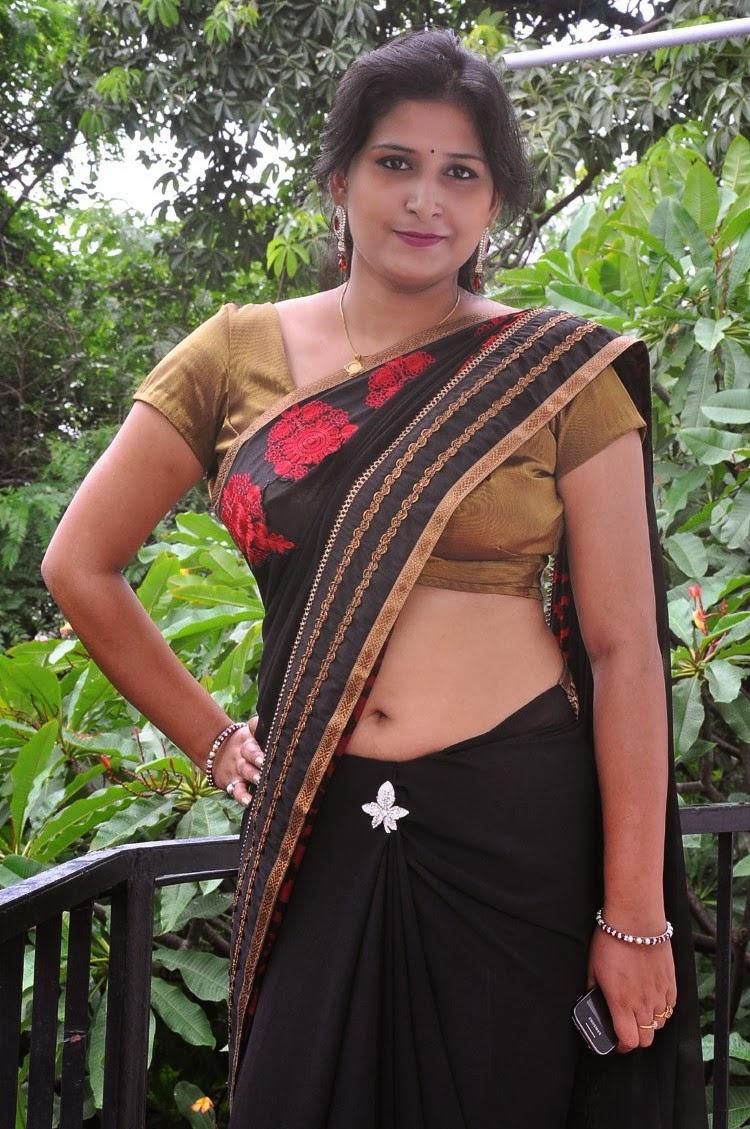 mallu aunty hot stills saree below navel show   saree