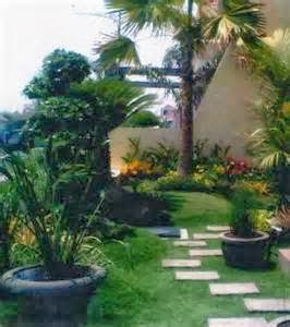 Taman depan rumah dengan memanfaatkan lahan yang sempit terkesan ...