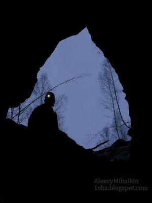 Спелеолог на входе в шахты, сист. Горки