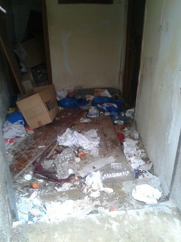 basusras acumuladas en los accesos a viviendas