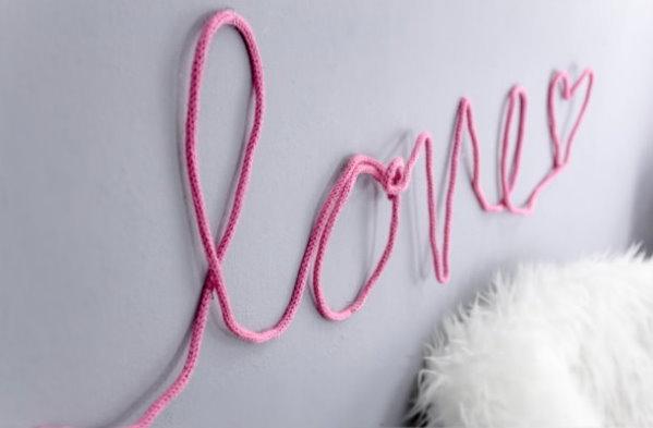 Gestrickter DIY Schriftzug für die Wand