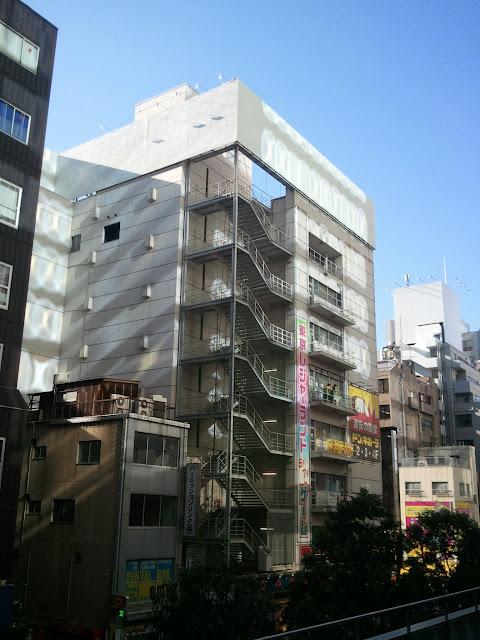 秋葉原のAKB48劇場やドンキホーテや東京レジャーランドや@アットホームカフェが入っているビルの裏側