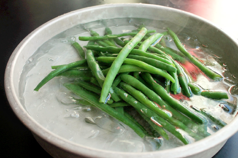 how to keep runner beans green when cooking