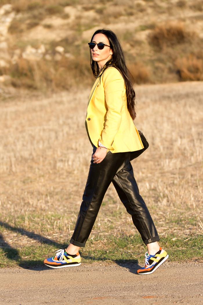 Look en el campo con pantalones de piel famosos